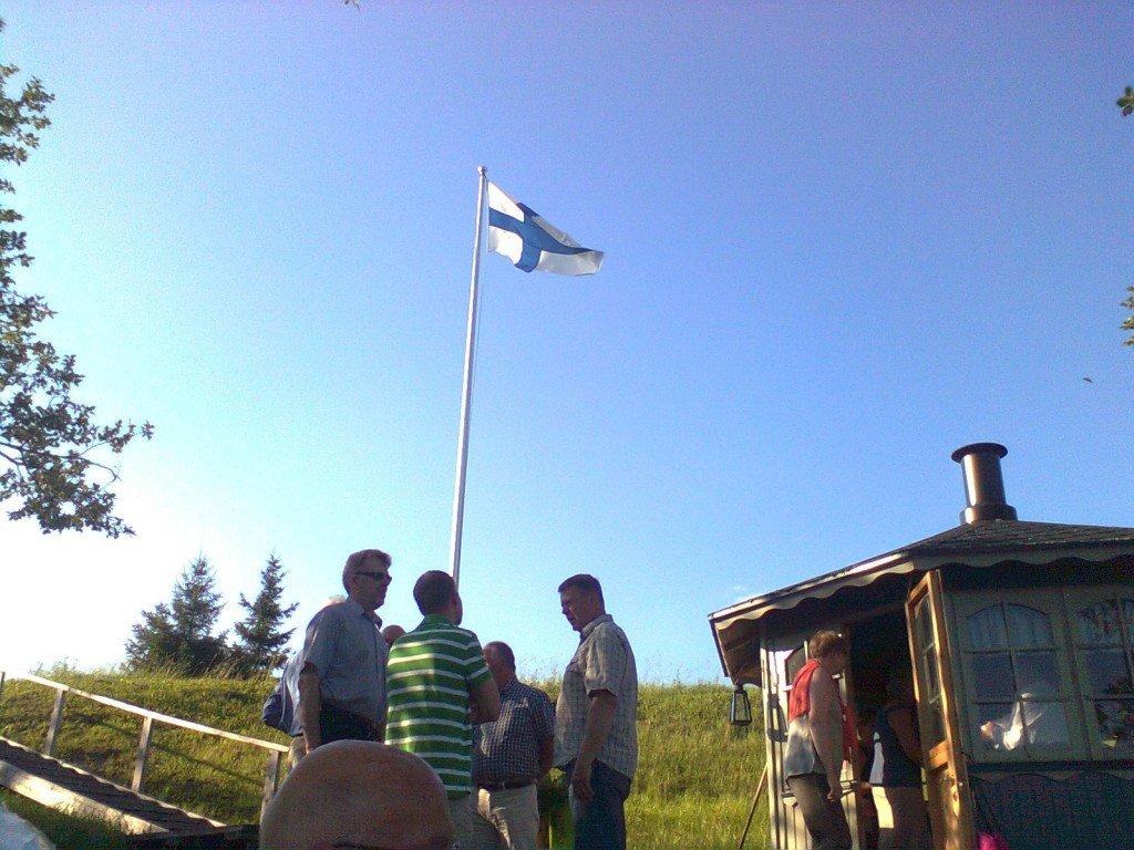 Suomenlippu salossa vieraiden kunniaksi 4.7